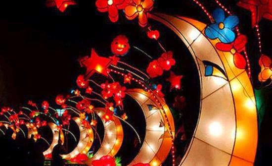 Công viên nước Hồ Tây được trang trí với nhiều đèn lồng lộng lẫy