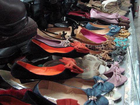 Cẩn trọng hàng loạt chất cấm độc hại trong giày dép Trung Quốc