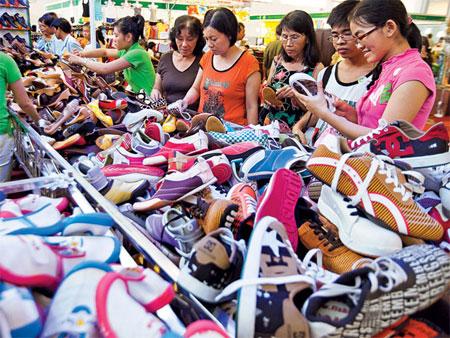 Giày dép Trung Quốc chứa hóa chất DMF gây kích ứng, viêm da