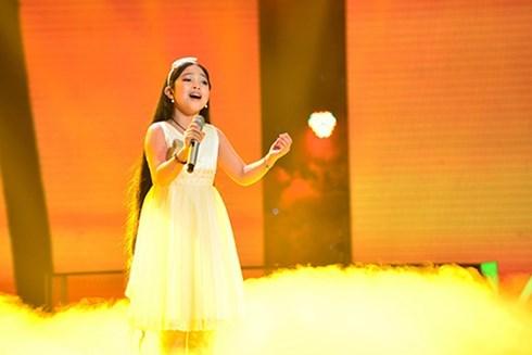 Hồng Minh khoe giọng hát thiên phú của mình trong đêm bán kết Giọng hát Việt nhí 2015