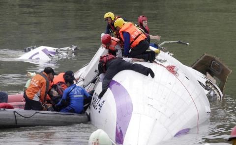 Đã tìm thấy 2 hộp đen và thi thể phi công trong vụ tai nạn máy bay TranAsia