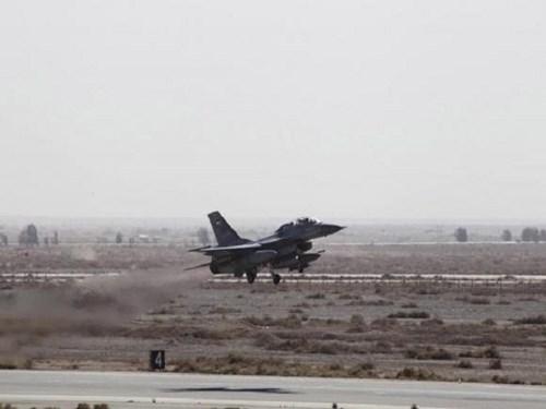 Chiếc máy bay chiến đấu cất cánh không kích IS từ Raqqa, Syria
