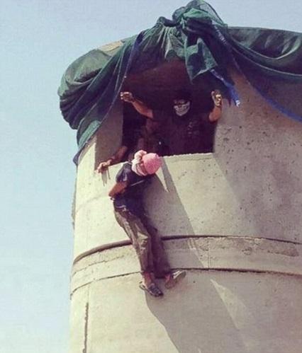 Tù binh IS bị ném từ trên cao xuống