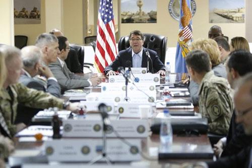 Tân Bộ trưởng Quốc phòng Mỹ Ashton Carter chủ trì cuộc họp an ninh tại căn cứ quân sự Arifjan, Kuwait hôm qua