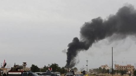 Khói đen từ một mỏ dầu bị đốt ở thành phố Tikrit