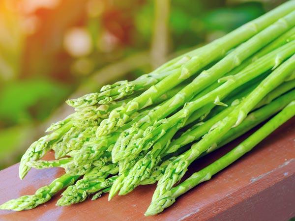 Chứa nhiều vitamin A và C, măng tây có tác dụng làm đẹp da, ngăn ngừa lão hóa