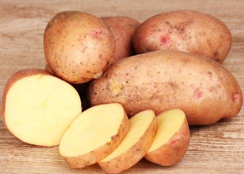 Mẹo vặt gia đình hay giúp tránh hơi cay khi thái ớt là sử dụng khoai tây