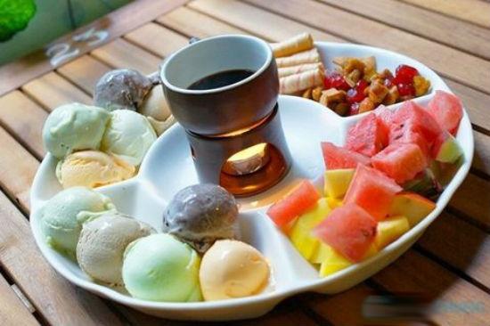 Lẩu kem những viên kem tròn với đủ mùi vị, màu sắc khác nhau thu hút thực khách