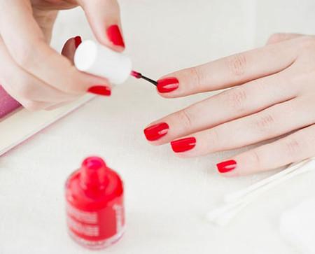 Sơn móng tay chứa hóa chất độc hại có thể thẩm thấu vào cơ thể con người và gây ra những tác hại nghiêm trọng