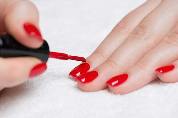 Nguy cơ ung thư bạch cầu khi hít phải khí benzen có trong sơn móng tay