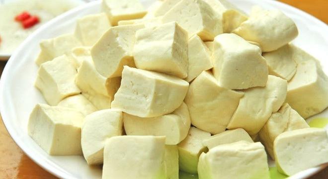 Ảnh hưởng đến hệ tiêu hóa, đường ruột cũng là một tác hại khi ăn nhiều đậu phụ