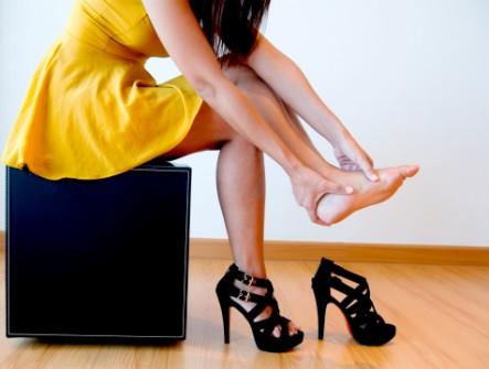 Đi giầy cao gót thường xuyên khiến đau cột sống và viêm khớp
