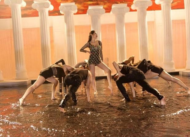 Thủy Tiên gợi cảm, quyến rũ trong phần vũ đạo của MV Em đã yêu
