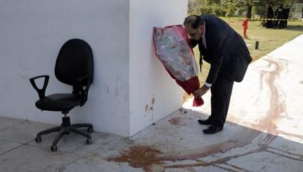 Ông Souheil Alouini, một thành viên quốc hội đặt hoa tưởng niệm tại hiện trường vụ xả súng