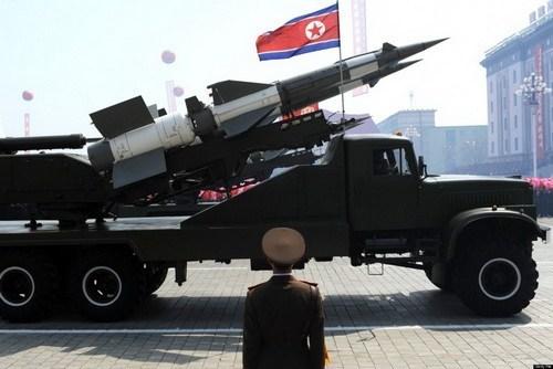 Tên lửa của Triều Tiên xuất hiện trong một cuộc duyệt binh ở thủ đô Bình Nhưỡng