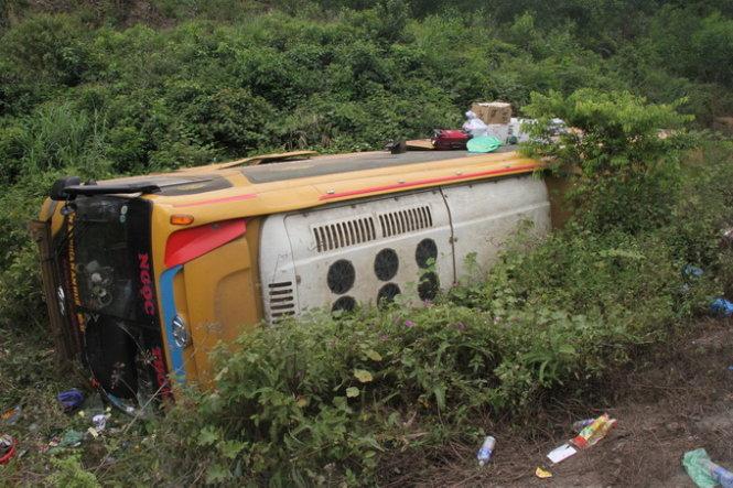 tin tức mới cập nhật 24h hôm nay đưa tin xe chở 37 hành khách từ Đại Lộc về Đà Nẵng đã lao xuống vực khiến 10 người bị thương