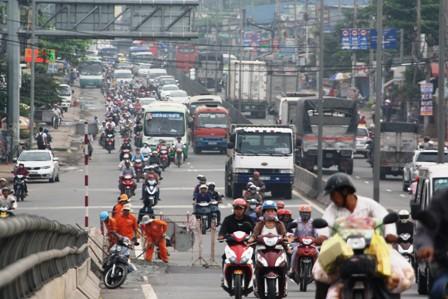 Tin tức mới cập nhật 24h ngày 24/4/2015 đưa tin TPHCM tổ chức thu phí đường bộ theo đầu phương tiện đối với mô tô, xe máy từ 1/5/2015