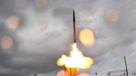 Tên lửa THAAD được phóng đi từ một bệ phóng di động tại Căn cứ tên lửa Thái Bình Dương trên đảo Kauai, Hawaii