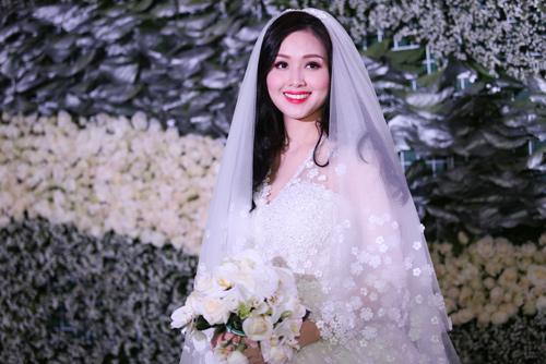Tóc uốn xoăn bồng bềnh là một trong những kiểu tóc cô dâu phù hợp cho cô nàng mặt tròn