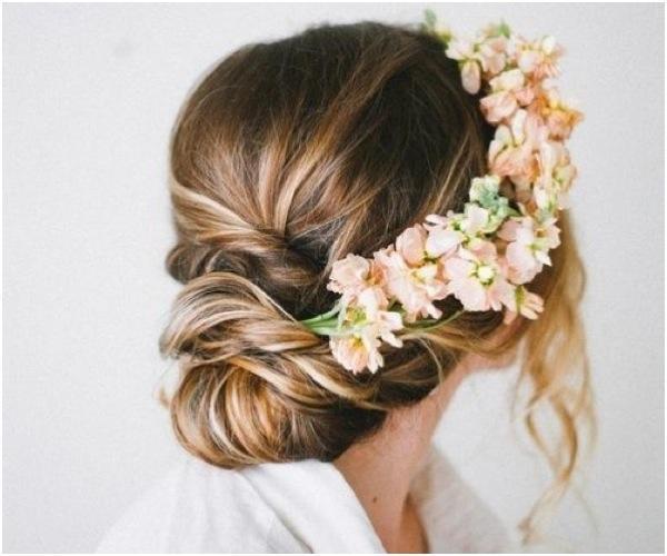 Kiểu tóc búi thấp thể hiện được vẻ đẹp lãng mạn và sang trọng