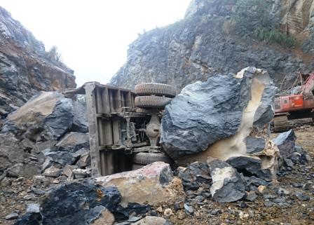 Do khối lượng đá lớn, trời mưa trơn nên công tác tìm kiếm, cứu nạn gặp rất nhiều khó khăn