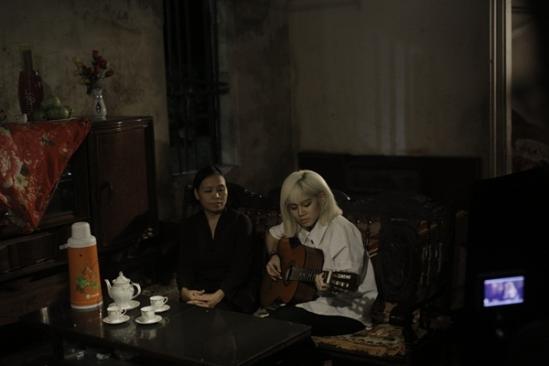 Yến Lê và mẹ của cô trong MV mới ra mắt đầy ý nghĩa