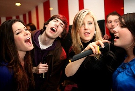 Hát karaoke ngay sau khi ăn là một trong các nguyên nhân gây đau dạ dày