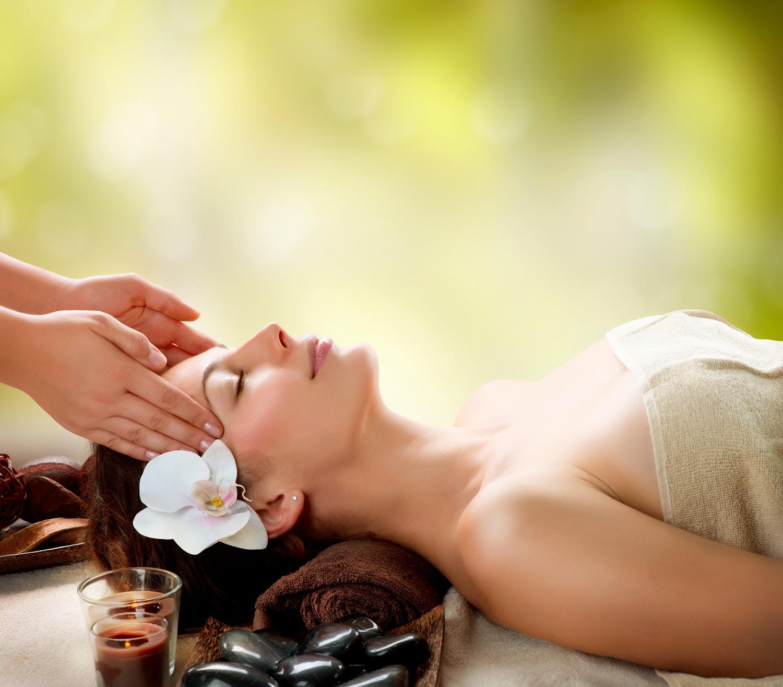 Massage với dầu gấc giúp massage da, trị mụn
