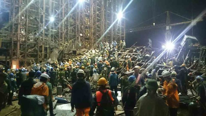 Hàng trăm cán bộ, công nhân viên tham gia cứu hộ suốt đêm trong vụ sập giàn giáo Formosa. Ảnh Tuổi trẻ