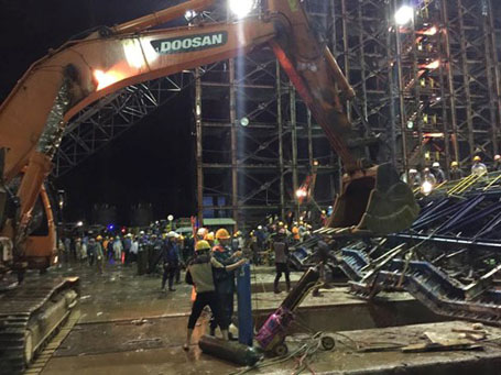 Công tác cứu hộ được khẩn trương triển khai suốt đêm, cắt rời kết cấu thép tiến hành cẩn thận. Ảnh Dân trí