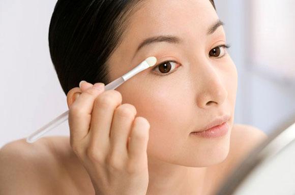 Khi trang điểm ban ngày, mắt là nơi cần lưu ý nhiều nhất, từ chì kẻ, mi giả tới mascara