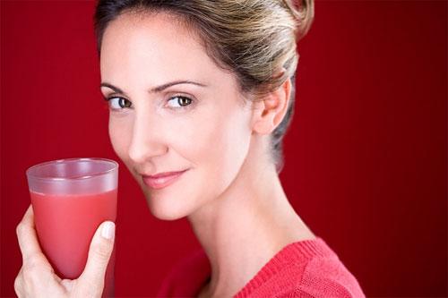Giảm thiểu triệu chứng mãn kinh, giảm cholesterol chỉ là hai trong số vô vàn tác dụng của nước ép cà chua