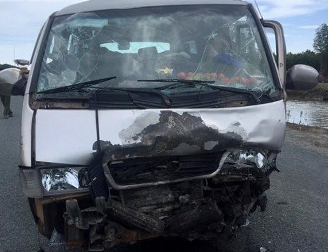 Vụ va chạm khiến ô tô 16 chỗ hư hỏng nặng. Ảnh: Tri thức trực tuyến