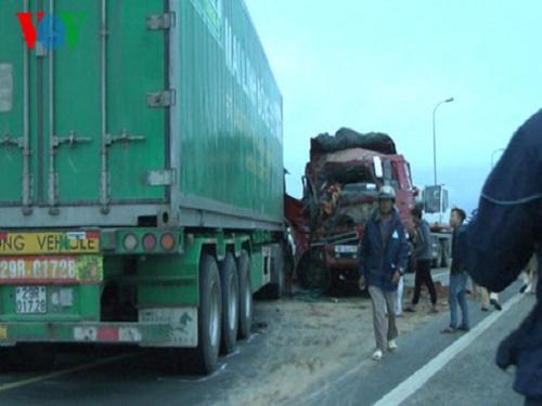 tai nạn giao thông ngày 27/2: Va chạm xe ben, mẹ tử vong tại chỗ, con nguy kịch