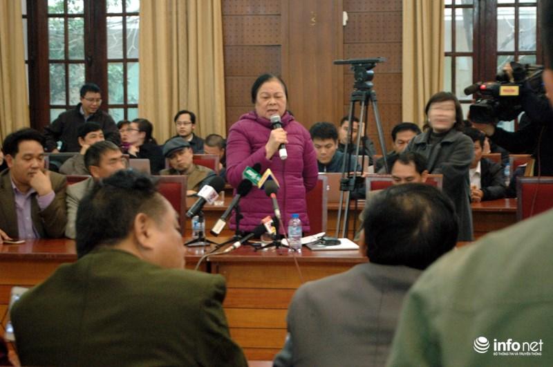 Bà Hồ Thị Hoàng- Giám đốc công ty vận tải Hoàng Phương phát biểu tại buổi đối thoại. Ảnh: Infonet