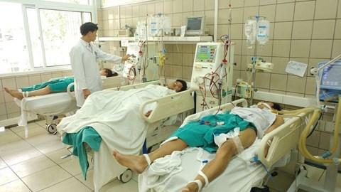 Nhóm sinh viên ngộ độc rượu đang được điều trị tại Trung tâm Chống độc, Bệnh viện Bạch Mai. Ảnh: Tuổi trẻ