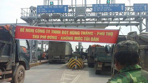 Người dân tụ tập tại trạm điều hành phản đối Trạm thu phí BOT Tam Nông. Ảnh: báo VOV
