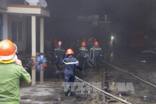 Lực lượng chữa cháy tiếp cận hiện trường vụ cháy. Ảnh: TTXVN