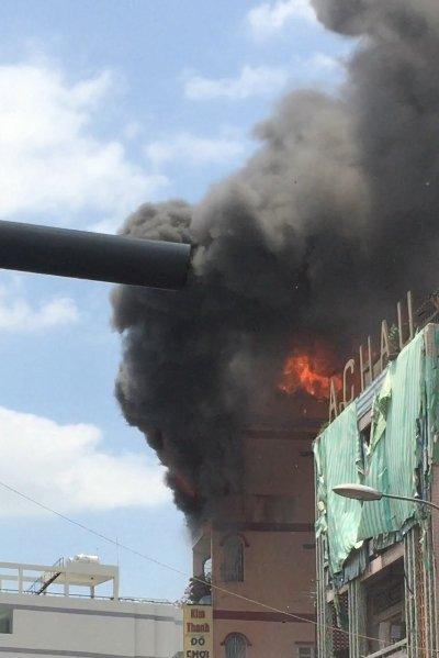 Cột khói cao hàng chục mét, bao trùm chợ KIm Biên. Ảnh: Vietnamnet
