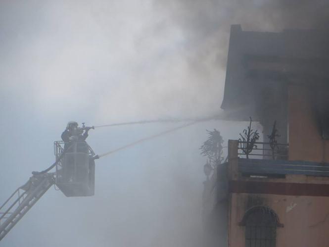 Lửa khói bao trùm cửa hàng Kinh doanh đồ chơi sát chợ Kim Biên. Ảnh: Thanh Niên