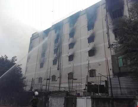 Đến 8h15 sáng 24/3, khói vẫn còn âm ỉ , các chiến sĩ đang tiếp tục phun nước vào trong. Ảnh: pháp luật Tp.HCM