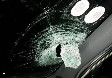 Kính chắn gió xe ô tô của anh Ngọc bị vỡ. Ảnh: Lao động