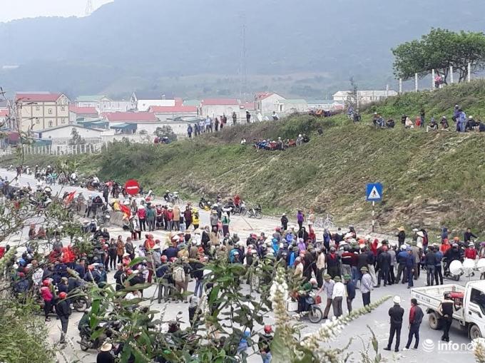 Nhiều người kéo ra chặn QL1A ở Hà Tĩnh ngày 3/4. Ảnh: Infonet