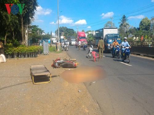 Tai nạn giao thông ngày 10/4: Đi khám bệnh về, 2 mẹ con tử vong dưới gầm xe tải