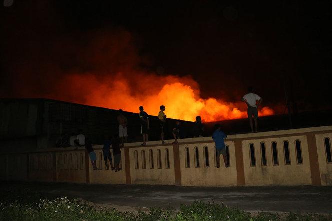Cảnh sát PCCC cùng hàng chục xe cứu hỏa được điều đến hiện trường. Ảnh: Dân Trí
