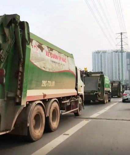 Hình ảnh 4 chiếc xe rác nối đuôi nhau đi vào làn đường dành cho buýt BRT. Ảnh: Tri thức trực tuyến