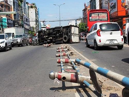Tai nạn giao thông ngày 14/4: Xe tải tông xe máy rồi lật ngang, đôi vợ chồng nguy kịch