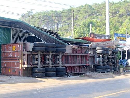Tai nạn giao thông ngày 16/4: Container kéo lê 3 mẹ con 100m, 5 người thương vong