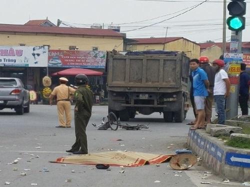 tai nạn giao thông ngày 18/4: Ông tử vong, 3 cháu nguy kịch trên đường đi học về