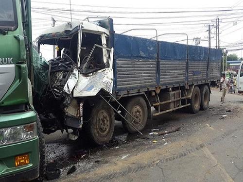 tai nạn giao thông ngày 19/4: Hai ô tô đối đầu kinh hoàng, 6 người nhập viện